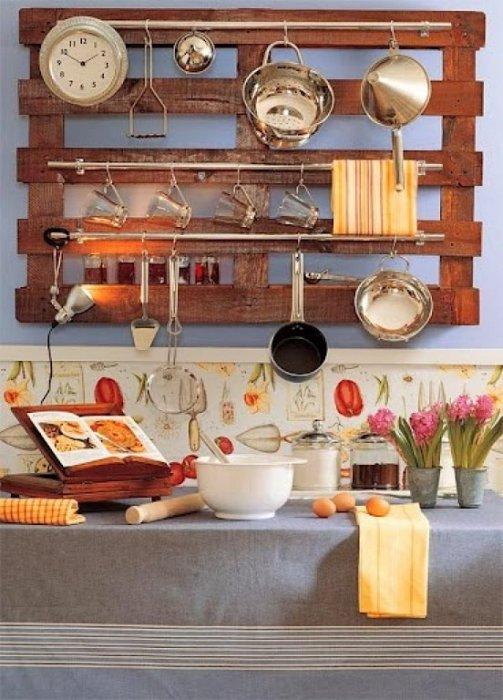 Место, куда можно повесить разные кухонные принадлежности.
