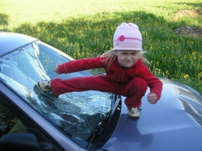Забавная идея для фотографии на капоте разбитой машины.