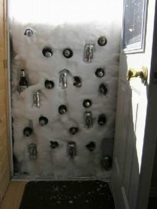 Дверь, которую завалило снегом, превратили в экологически чистый холодильник.