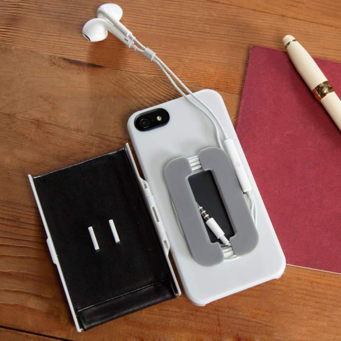 Чехол для смартфона, предотвращающий запутывание проводов наушников.