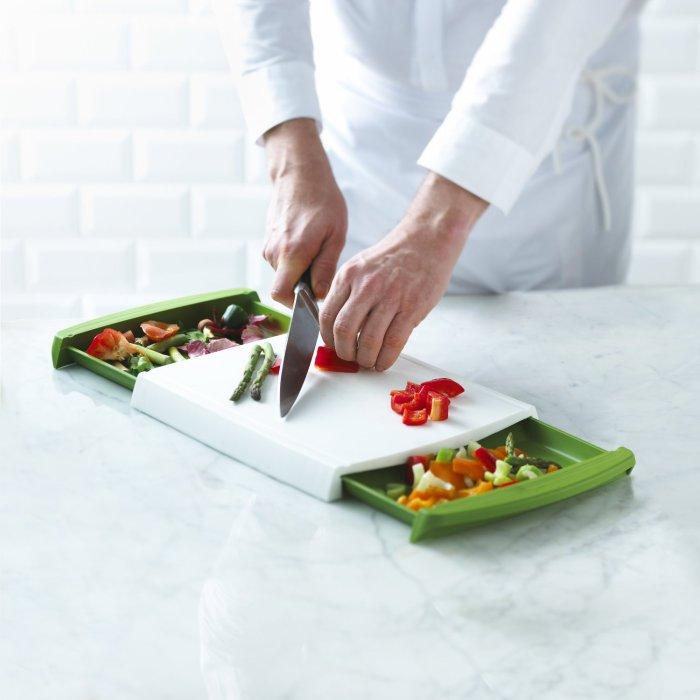 Доска для нарезки овощей с дополнительными емкостями.