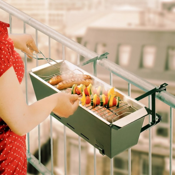 Маленькая барбекюшница для готовки на балконе.