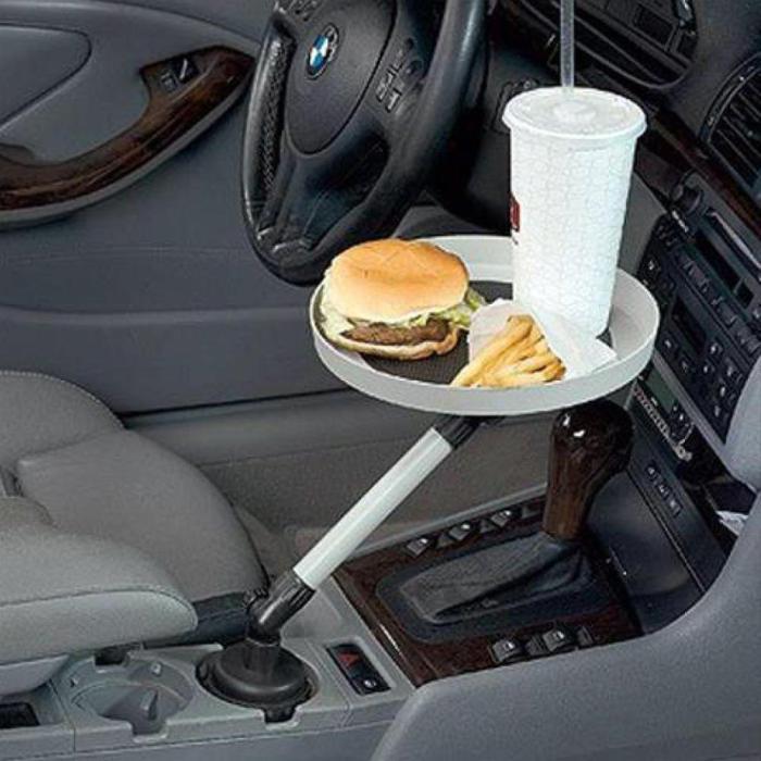 Вращающийся поднос для еды, который удобно использовать в автомобиле.