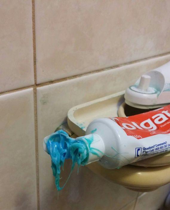 Более небрежного варианта использования зубной пасты пока не видел мир.