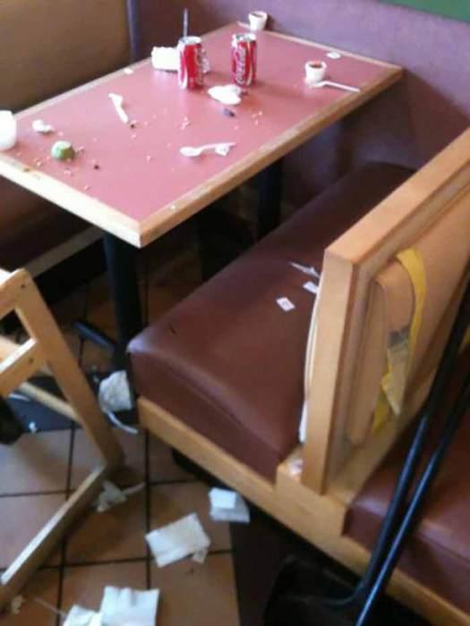Этих детей не учили как нужно себя вести за столом во время обеда.