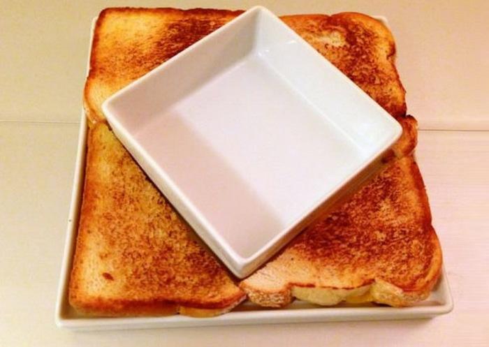 Кусочки тостов, которые вместе с керамической супницей создают оригинальный узор.