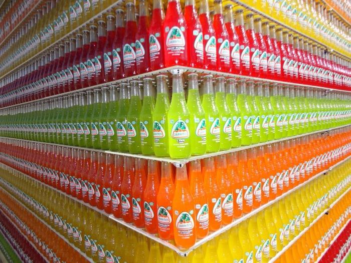 Симметрично разложенные бутылки с напитками.
