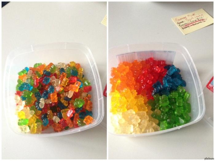 Вкусные желатиновые конфеты, разложенные на разные кучки в зависимости от цвета.