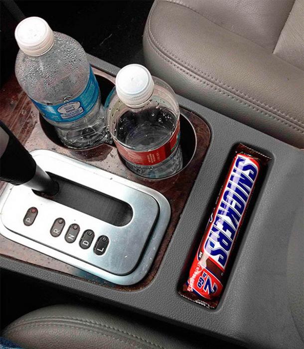 Карман в панели машины, размером с шоколадный батончик.