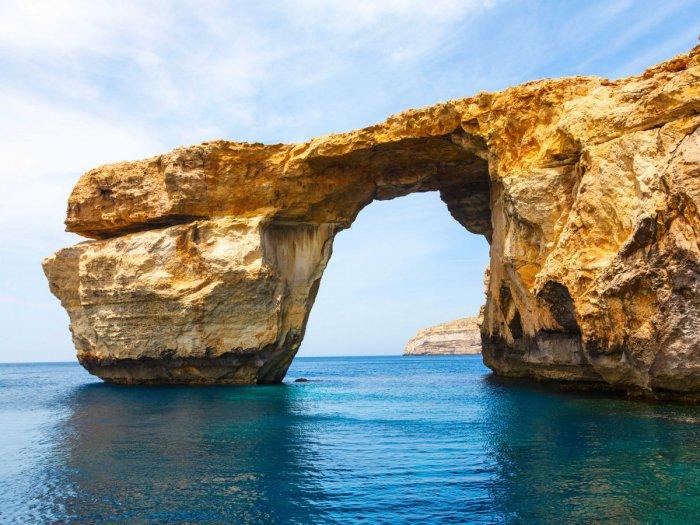 Величественная арка из известняка на острове Мальта.