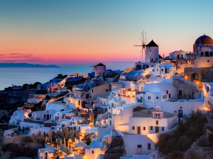 Средиземное море на острове Санторини в Греции.