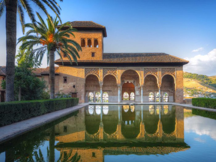 Архитектурный памятник Альгамбра в Испании.