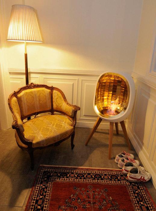 Необыкновенный камин на деревянных ножках в форме яйца будет идеально смотреться в углу комнаты.