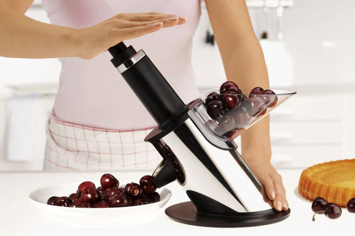 С такой машинкой приготовление вишневого пирога или варенья станет намного легче.