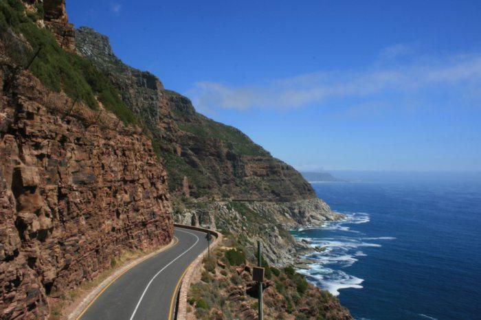 Красочная дорога возле Атлантического океана.