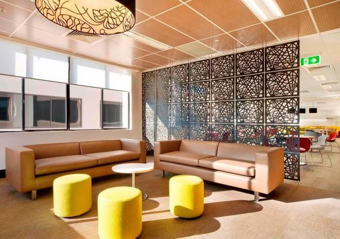 Очень интересная перегородка, являющаяся центральным элементом декора всей комнаты.