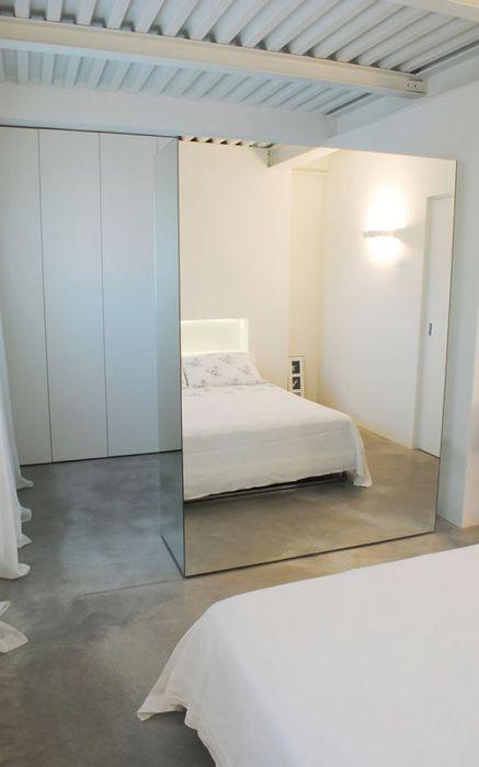 Перегородка из зеркала многофункциональна: она зонирует комнату, делает ее визуально просторнее, а так же служит в качестве обычного зеркала.
