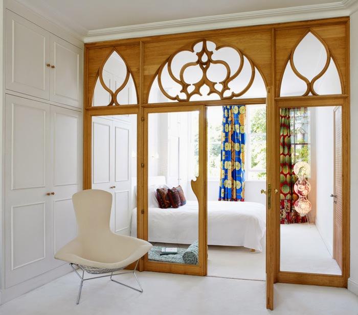 Роскошная перегородка, разделяющая комнату на две зоны.