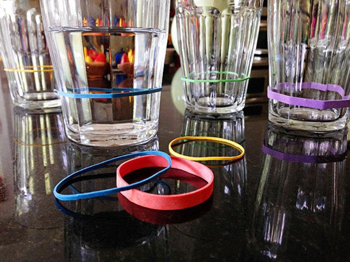 Стаканы с разноцветными резинками для простого распознавания своего напитка на вечеринке.