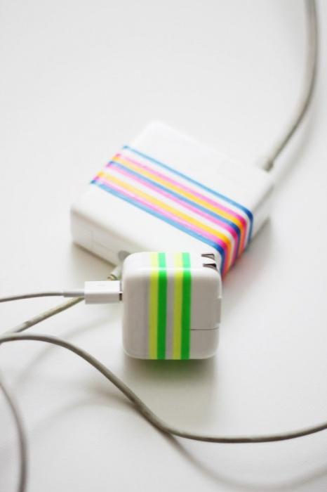 Резинка определенного цвета на каждом зарядном устройстве поможет быстро найти подходящее.