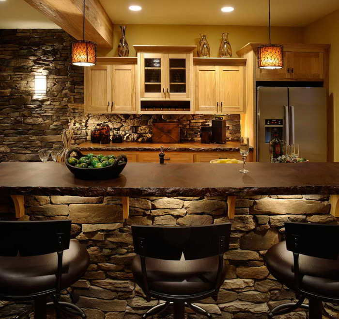 Великолепная кухня с каменной кладкой.
