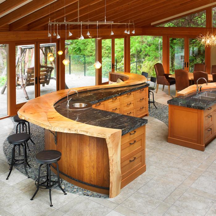 Монолитная деревянная столешница в кухне.