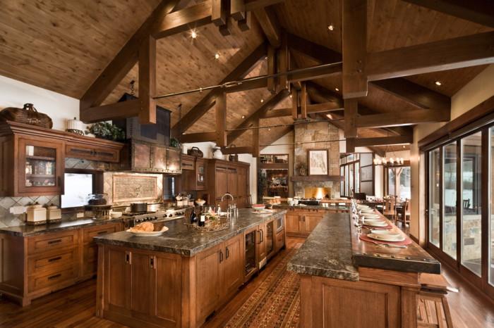 Большая кухня в деревенском стиле.