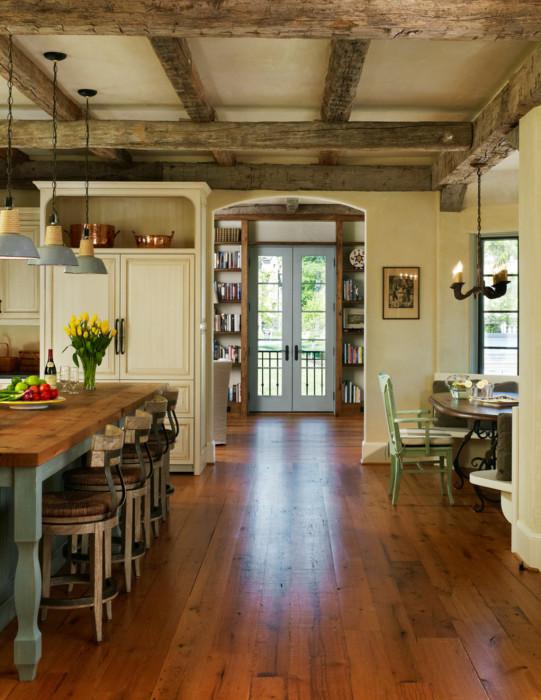 Роскошный дизайн кухни с деревянными балками на потолке.