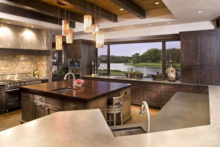 Замечательная кухня с видом на озеро.