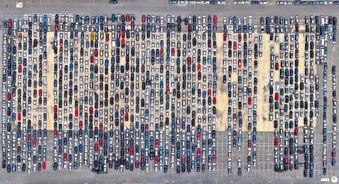 Парковка возле терминала морского порта.