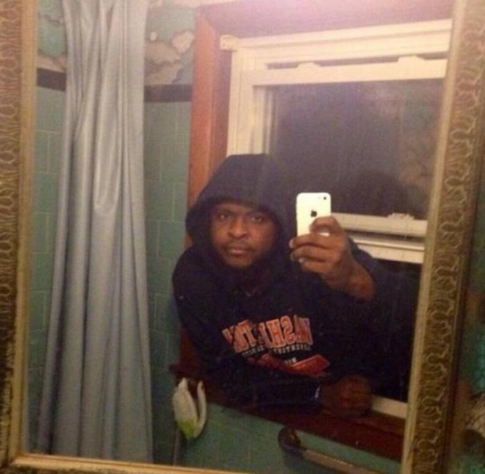 Оригинальный снимок забравшегося в дом через окно вора.
