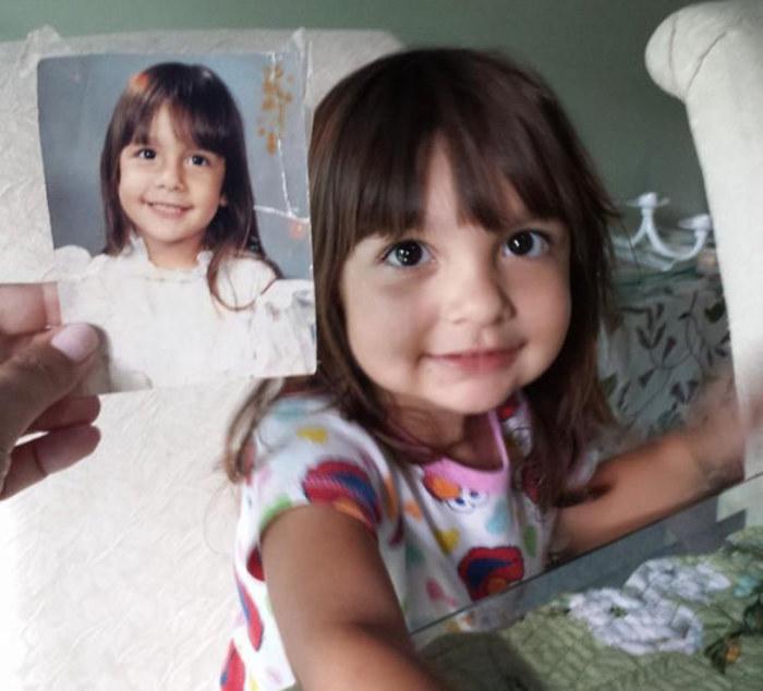 Милая девочка, невероятно похожая на свою мать в таком же возрасте.