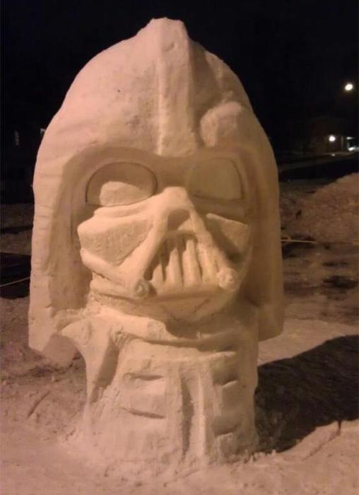 Вылепленный из снега Дарт Вейдер.