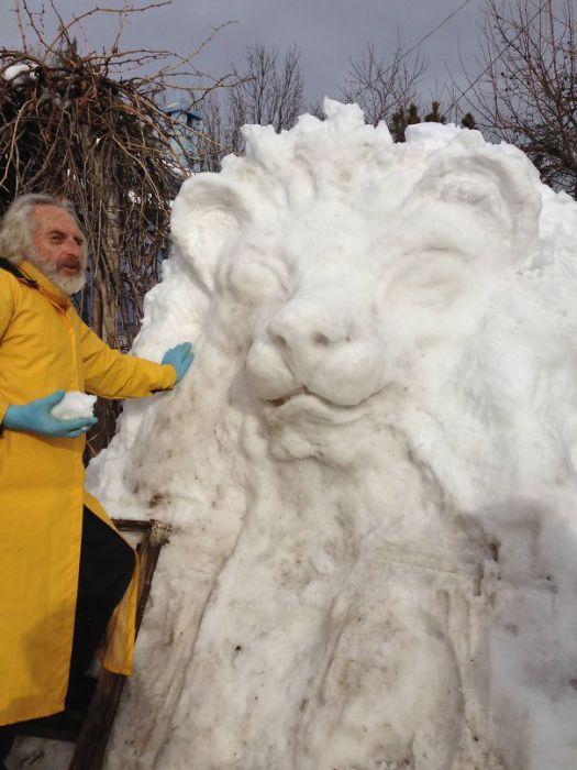 Гигантская голова льва из снега.