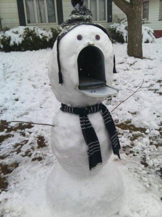 Снеговик, у которого вместо рта почтовый ящик.