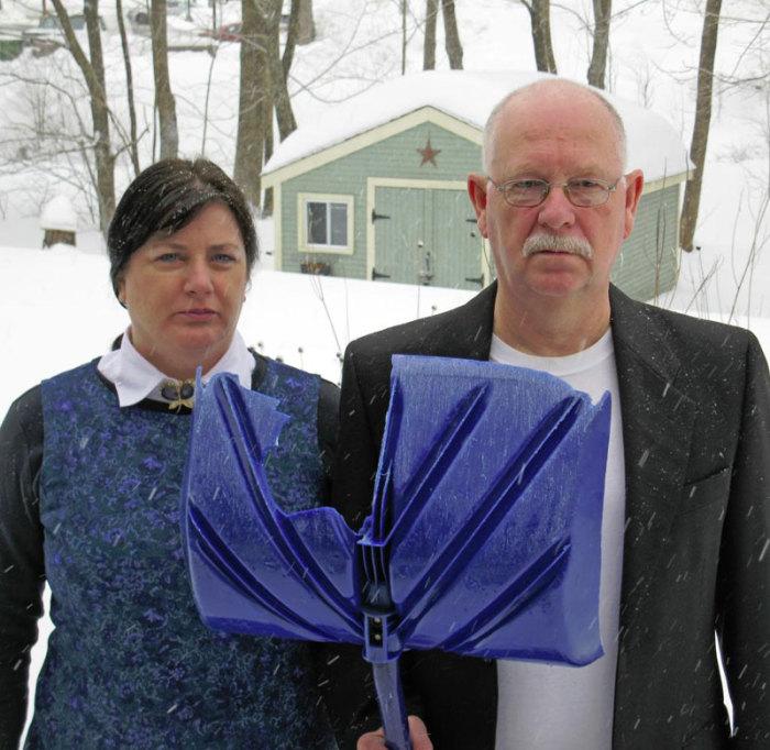 Пожилая пара совсем как пара на известной картине.
