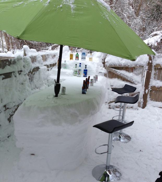 Ледяная барная стойка с охлаждающими напитками.