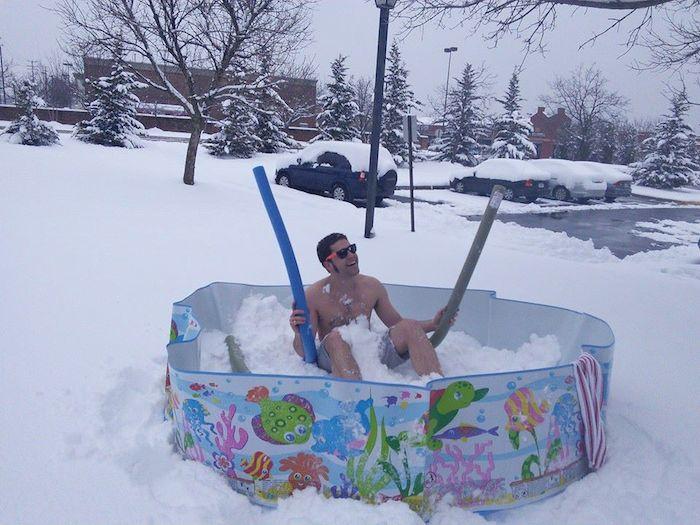 Бассейн для морозостойких парней и девушек.