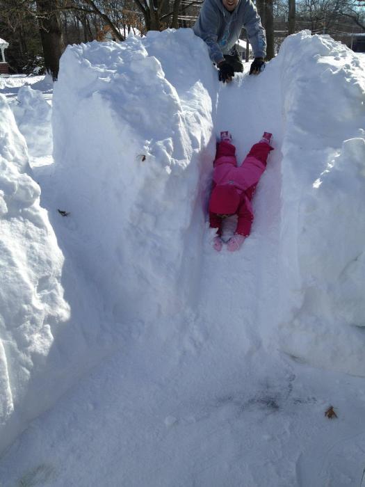 Любой ребенок будет в восторге от такой снежной горки в вашем дворе.