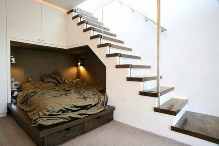 Установите кровать под лестницей и у вас появится больше свободного места для другой мебели или техники.