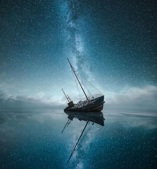 Снимок прекрасного звездного неба над тихой гладью воды.