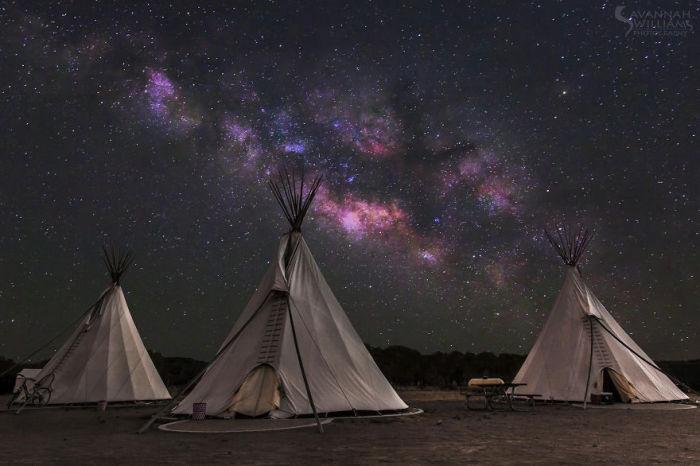Вигвамы индейцев ночью.