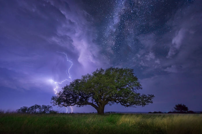 Гроза на ночном небе.