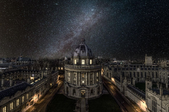 Звездное небо над старинным городом.