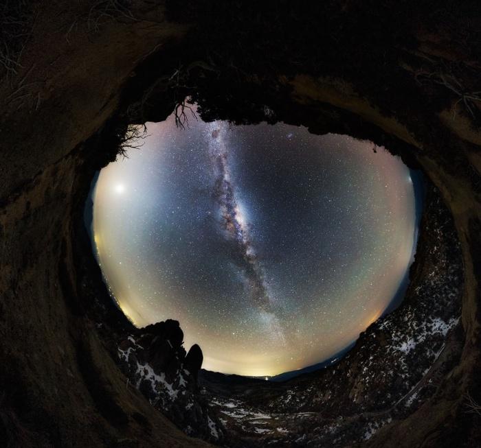 Необычный снимок звездного неба над планетой Земля.