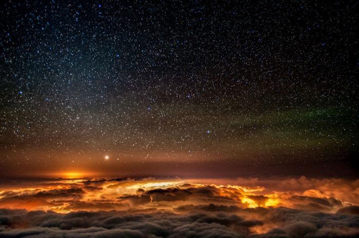 Звездное небо над тучами.