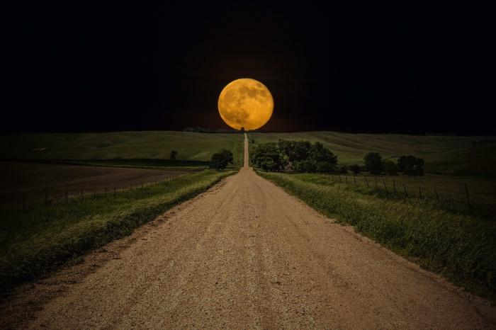 Огромная луна на ночном небе.