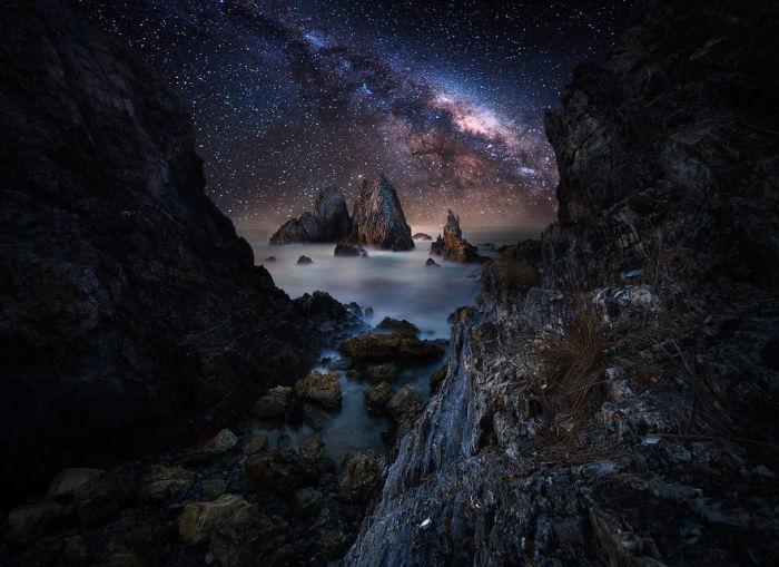 Великолепный вид на ночное звездное небо.