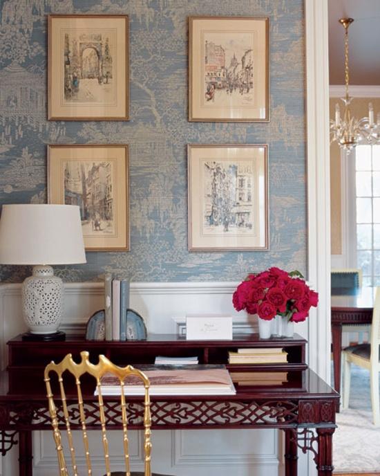 Старые фотографии создадут необходимое ощущение античности в комнате.