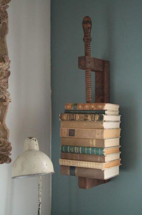 Старые книги - один из самых основных элементов декора интерьера в стиле стимпанк.